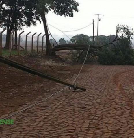 Postes de transmissão de energia e árvores caídas derrubados pelo vendaval que atingiu Alto Santa Fé, município de Nova Santa Rosa, em 24 de setembro de 2015. Imagem: Acervo O Presente/Elizangela Johann - FOTO 6 -