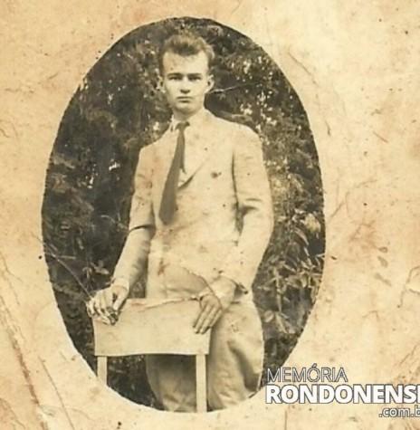 Jovem Ewaldo Graff, pioneiro de Marechal Cândido Rondon, onde chegou com a sua família em 08.10.1953 Fotografia tirada no Rio Grande do Sul. Acervo: Vilton Graff  - FOTO 1 -