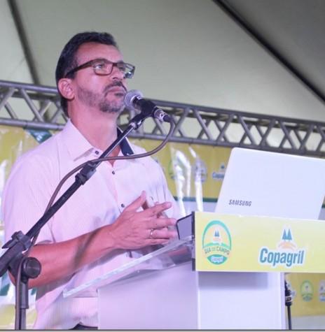 Economista Carlos Magno Bittencourt proferindo palestra no Dia de Campo Copagril 2017.  Imagem: Imprensa Copagril - Crédito: Carina Ribeiro - FOTO 7 -
