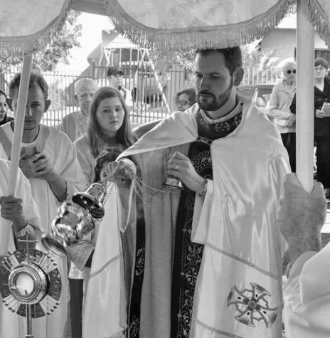 Padre André Boffo Mendes, vigário da Paróquia Maria Mãe da Igreja incensando o ostensório para a procissão de Corpus Christi.  Imagem: Acervo Paróquia Maria Mãe da Igreja - FOTO 5 -