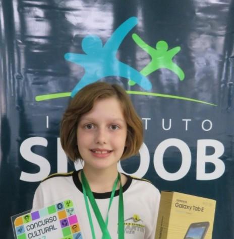 Aluna Mabel Schach Kanitz com premiação por sua classificação na categoria redação, no Concurso Cultural Cooperativsta 2017, do Instituto Sicoob. Imagem: Portal Rondon - FOTO 9 -
