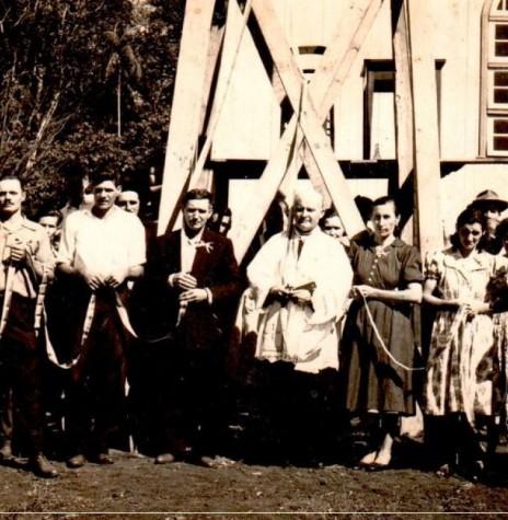 Padre Aloisio Baumeister SVD fotografado com padrinhos de benção e inauguração do sino da comunidade católica de Novo Horizonte, em outubro de 1956.  Imagem: Acervo Rolf Kaefer - FOTO 3 -