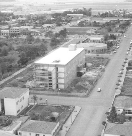 O atual Paço Municipal de Marechal Cândido Rondon, em construção em 1977. Imagem: Acervo Família Seyboth - FOTO 3 -