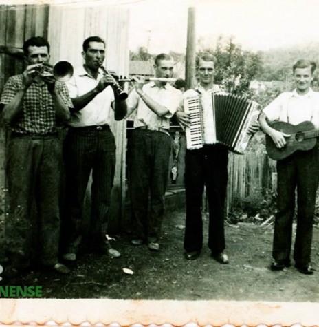 Edmundo Fagundes de Brito, o segundo da esquerda à direita (com clarinete), falecido em 11 de fevereiro de 1968.  O último, à direita, é o jovem Auro Becker, mais tarde morador na sede distrital de Iguiporã, onde casou-se com a jovem pioneira Frida Deuter.  Imagem: Acervo Memória Rondonense - FOTO 1 -