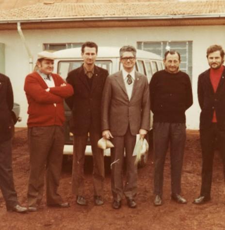 Rotarianos rondonenses recepciando o governador do Clube.  Da esquerda à direita: Nori Pooter, Harry feiden, Gernot Reuter,  Ilton Dacio Trevisan (governador), Arlindo Alberto Lamb e Ilmar Priesnitz.  Imagem: Acervo Memória Rondonense - FOTO 4-