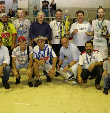 Equipe Borracharias Korthais campeã do Campeonato Municipal de Futsal de Pato Bragado 2019 na categoria veterano.  Imagem: Acervo Imprensa  PM-Pato Bragado. Crédito: Marili Besso - FOTO 8 -