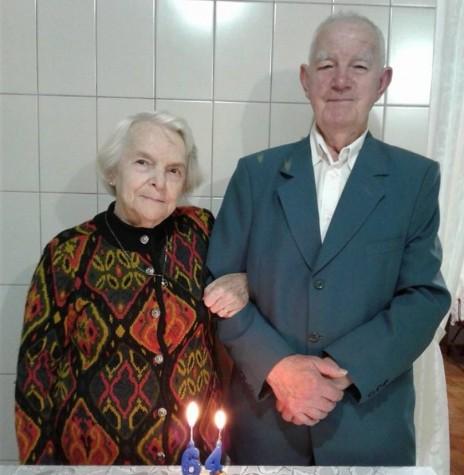 Casal Ivo e Leonida Krummenauer no dia da comemoração das Bodas de Fabulita.  Imagem: Acervo Loni Richter - FOTO 6 -