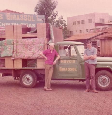 Pick-up usada pela empresa Móveis Girassol para a entrega de móveis feitos sob encomenda.  Imagem: Acervo Brunilda (Priesnitz) Thessing - FOTO 7 -