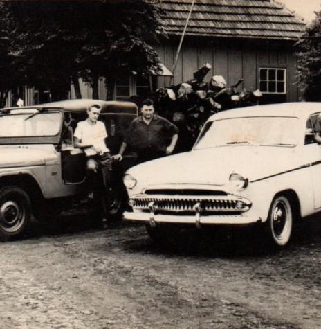 Ervino von Borstel, no centro, e seus dois carros de praça, com os respectivos motoristas,  no pátio do  Bar Floresta, (primeiro ponto de parada de ônibus de Marechal Rondon). À direita, motorista Nelson Strenske e, à direita, Arnildo Dickel.  Imagem: Acervo Lizelotte von Borstel - FOTO 1 -