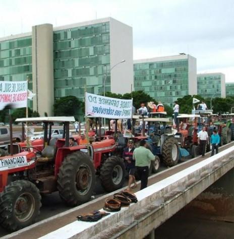 Tratores de agricultores parados na Esplanada dos Ministérios, em Brasília, em protesto à falta de apoio à agricultura nacional.  Imagem: Acervo da FAMATO,  MT.  - FOTO 1 -