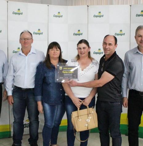 Representante do Núcleo Fülber recebendo a premiação de 1º colocado na categoria