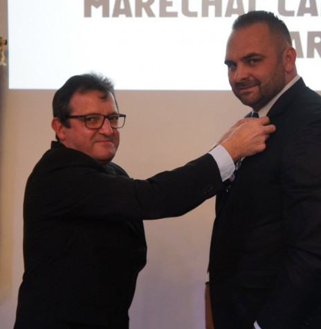 Empresário Scharles Abbeg recebendo o distintivo de presidente do Lions Clube de Marechal Cândido Rondon, de seu antecessor Gelson Cantini de Vargas.  Imagem: Acervo O Presente - FOTO 6 -