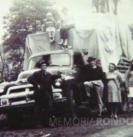 O pioneiro Ivo Krummenauer com pai, esposa e filhos saindo de mudança de Marcelino Ramos (RS) com destino à cidade de Marechal Cândido Rondon.  Da esquerda à direita: Alfredo Albino Krummenauer(pai), Lone, Nélia, Ivo Krummenauer, Leonida (esposa), e Célia.  Imagem: Acervo da família - FOTO 2 -