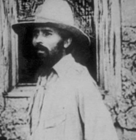 O tenente do Exército Brasileiro, Luiz Carlos Prestes, gaúcho de Porto Alegre, que foi chefe do comando maior da Coluna Prestes, fotografado em seu traje habitual durante a revolução. Imagem: Acervo Museu Nacional - FOTO 1 -