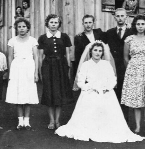 A noiva Iloni Schmidt com seus irmãos, da esquerda a direita, Milton, Jurema que casou-se com Arnaldo Scheffler, Edi que casou-se com Arnildo Diesel, Ernesto que casou-se com Eli Bledow, Ervedo  e Ione que casou-se com Harry Fischer.  Imagem: Acervo do casal - FOTO 5 -