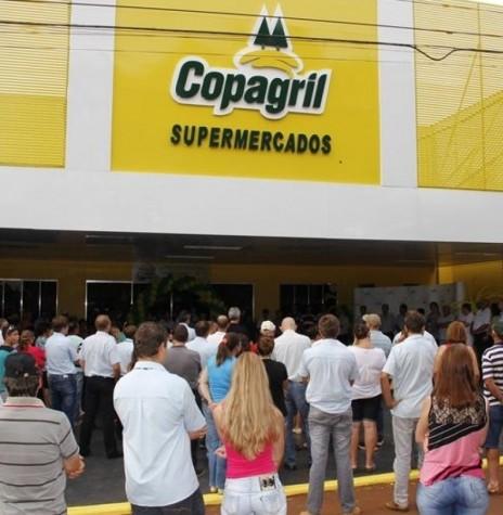 Público prestigiando a inauguração do supermercado da Copagril, na sede distrital de Novo Sarandi, em 16 de fevereiro de 2014.  Imagem: Acervo Imprensa Copagril - FOTO 6 -