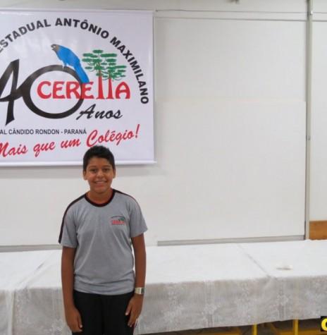 Estudante Diego Andrade Nogueira, com o dístico de sua criação referente aos 40 anos do Colégio Estadual Antonio Maximiliano Ceretta.  Imagem: Acervo O Presente - Crédito: Joni Lang - FOTO 4 -