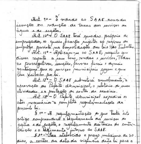 Cópia da Lei Municipal nº 223/66 (5ª página), de 19 de agosto de 1966, que criou o Serviço Autônomo de Água e Esgoto de Marechal Cândido Rondon - o SAAE.  O detalhe curioso é que naquela época as leis eram manuscritas em livros de atas.  Imagem: Acervo Arquivo da Prefeitura Municipal de Marechal Cândido Rondon