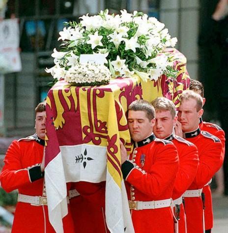 Caixão com os possíveis restos mortais da Princesa Diana carregado por membros da guarda real britânica.  Imagem: Acervo agentiadepresamondana.com - FOTO 5 -