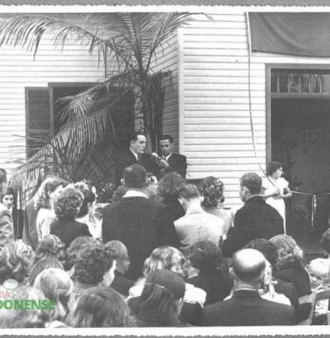 Dr. Friedrich Rupprecht Seyboth discursando na solenidade de inauguração do Hospital e Maternidade Filadélfia, em 1954.  Imagem: Acervo da Família Seyboth - FOTO 3 -