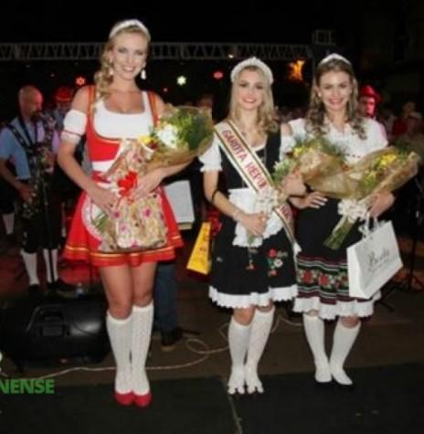 Rainha da Oktoberfest 2014 de Marechal Cândido Rondon, a senhorita Maria Bruna Grenzel, à esquerda ; como 1ª Princesa, a senhorita Thaís Rieger; e como 2ª Princesa, a senhorita Franciele Thais Wisch. Imagem: Acervo Imprensa PM-MCR Crédito: Ademir Herrmann – FOTO 8-