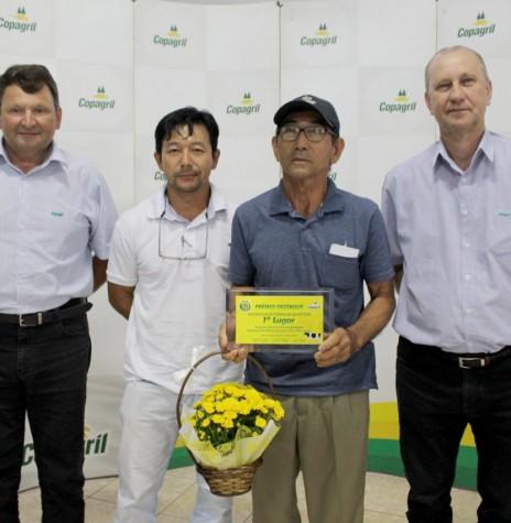 Paulo Coiti Suguwara com a premiação   de 1º lugar na categoria de 9.001 a 21.000 litros/mês. A pessoa de traje branco, não identificado.  Imagem: Acervo Imprensa Copagril - FOTO 25 -
