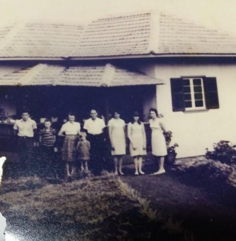 O casal Leonel e Herta Sander com os filhos em frente a sua residência, em fotografia de 1965.  Imagem: Acervo Remi e Lídia Agnes . - FOTO 5 -