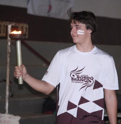 Aluno Clóvis Kawacki conduzindo o fogo simbólico dos 20º Jogos Bordô e Branco, do Colégio Rui Barbosa.  Imagem: Acervo do Colégio - FOTO 10 -