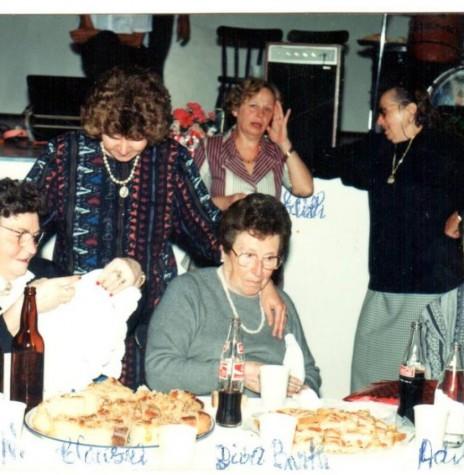 Homenagem a senhora Diva Paim Barth, , em Marechal Cândido Rondon.  Sentadas: da esquerda à direita, as pioneiras Alice Weirich e Diva Paim Barth e a pioneira Adiles Mohr Jochims.  Em pé, da esquerda à direita, Clausia Weirich Paneagua (primeira menina nascida na então General Rondon), a pioneira e professora Edite Feiden e a pioneira Magdalena Wenzel .  Imagem: Acervo Adiles e Vane Jochims - FOTO 7 -