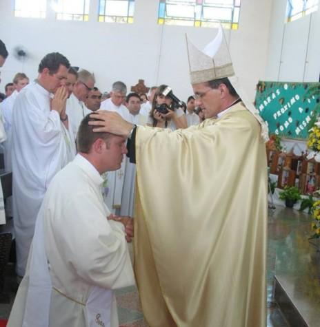 Instante da ordenação sacerdotal de Neimar Troes pelo então bispo D. Francisco Carlos Bach, da diocese de Toledo.  Imagem: Acervo pessoal  - FOTO 4 -