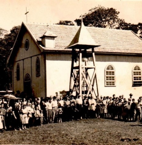 Comunidade católica da então vila de Mercedes Velha, agora Novo Horizonte, junto com o padre Aloísio Baumeister SVD (junto ao campanário), no dia da inauguração e benção do sino, em outubro de 1956.  Imagem: Acervo Rolf Kaefer - FOTO 1 -