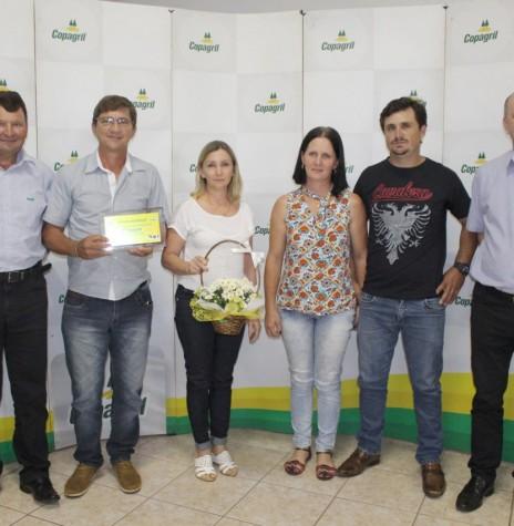 Silvio Wansoski e casal de colaboradores com a premiação de 1º lugar na Categoria até 9.000 litros/mês. Imagem: Acervo Imprensa Copagril - Crédito: Carina Ribeiro - FOTO 27 -