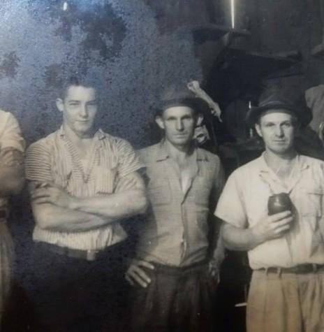 Os primeiros moradores de Quatro Pontes, os irmãos Arno Nicolau (3º da esquerda a direita) e Seno José Lang (de cuia) com os amigos: Seno Rambo, primeiro à esquerda e Alcídio Rambo. Á direita é Lauro Gauer.  Imagem: Acervo Família Lang - Quatro Pontes - FOTO 3 -