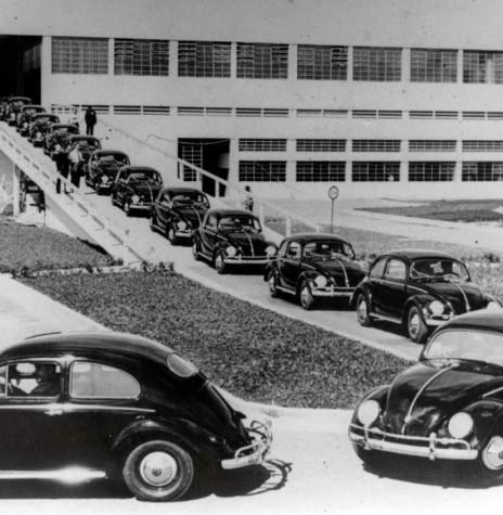 Primeiras unidades do Fusca brasileiro saindo da fábrica da Volkswagem, em São Bernardo do Campo (SP).  Imagem: Acervo Portal Terra - FOTO 1 -