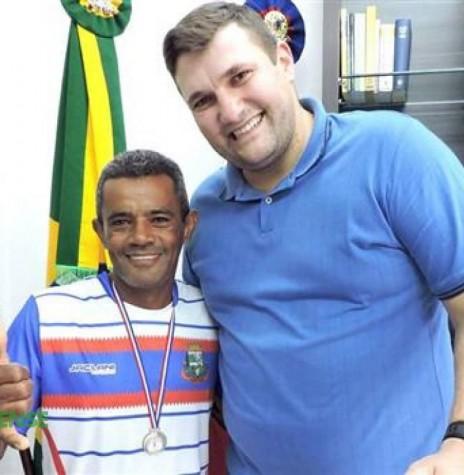 Atleta quatro-pontense Edivaldo Quintino recebido pelo prefeito municipal Pedro Fey, após a conquista de  medalha na Maratona Internacional de Foz do Iguaçu.  Imagem: Acervo O Presente - FOTO 3 -