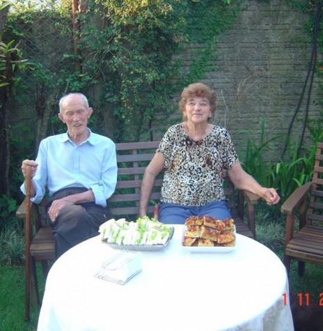 Casal Erna (nascida Weirich) e Gustavo Herbert, em fotografia feita no jardim de sua residência na cidade de Cascavel.  Imagem: Acervo Arnold Lamb - FOTO 5 -