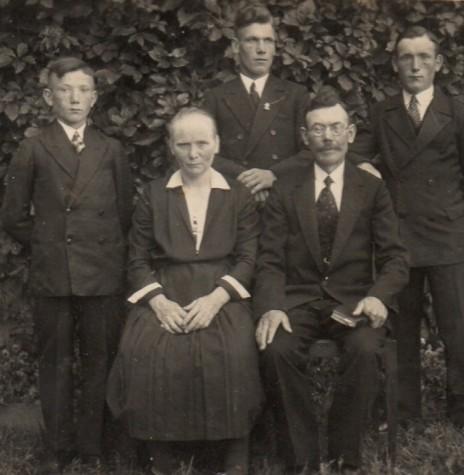 O jovem Gustav Lange (no meio) com seus pais e irmãos.  Imagem: Acervo Tusnelda KrumMenauer - FOTO 1 -