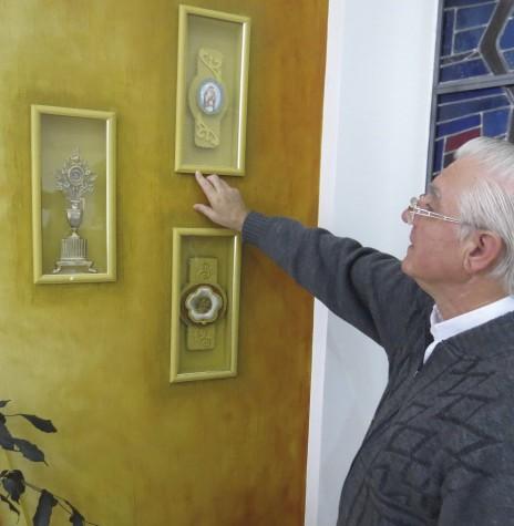 Padre Lucas Schwartz, vigário da Matriz Católica Santa Rosa de Lima, da sede municipal de Nova Santa Rosa, mostrando as relíquias da santa peruana.  Imagem: Acervo O Presente - Crédito:  Mirely Weirich - FOTO 7 -