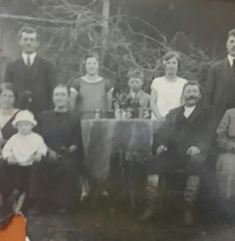 Casal Catarina e  Wilhehn Werz (imigrantes alemães)  com os filhos, em foto tirada em Panambi (RS). A pioneira rondonense Carolina, é a segunda ao fundo, em pé, da esquerda à direita.  Imagem: Acervo Lucas Ritscher - FOTO 2 -