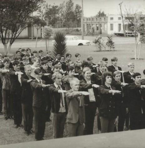 Jovens rondonenses sendo dispensados da prestação do serviço militar, em solenidade realizada na Praça Willy Barth, em agosto de 1972. Imagem: Acervo Valdir Sackser - FOTO 4 -