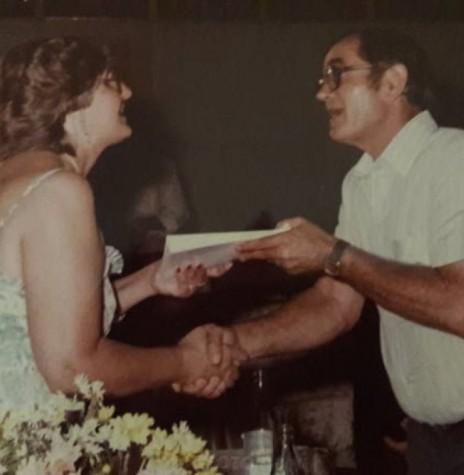 Autora Venilda Saatkamp entregando um exemplar autografado de seu livro ao prefeito municipal de Marechal Cândido Rondon, Verno Scherer.  Imagem: Acervo da autora - FOTO 6 -