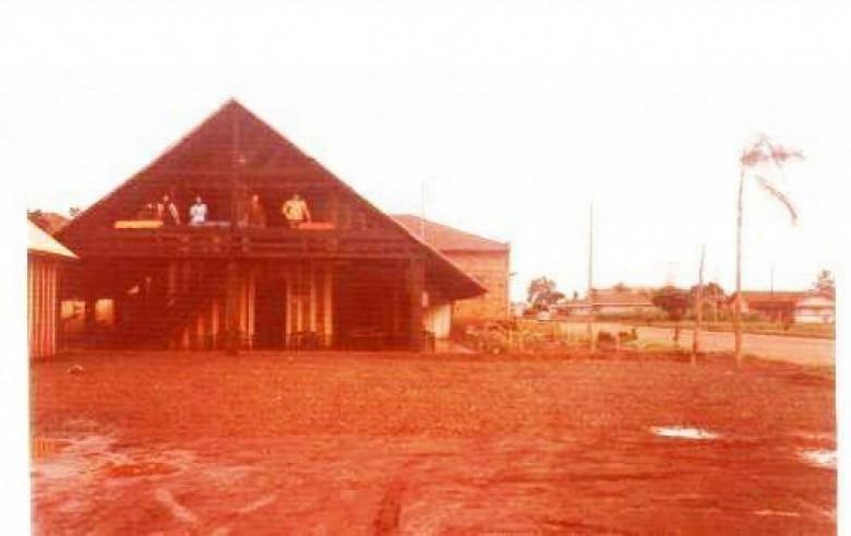 Prédio do Peninha's Chopp Som, estabelecimento que entrou em funcionamento em 20 de março de 1975. Hoje não existe mais.  Á direita, no fundo, a residência de Guilherme (Wili) Hiller, sócio-proprietário junto com o senhor Eno Thessing, a extinta fábrica Móveis Wileno, mais tarde Móveis Girassol, instalada na esquina das Ruas Sete de Setembro e Paraná. Imagem: Acervo Sérgio Giordani - FOTO 1  -