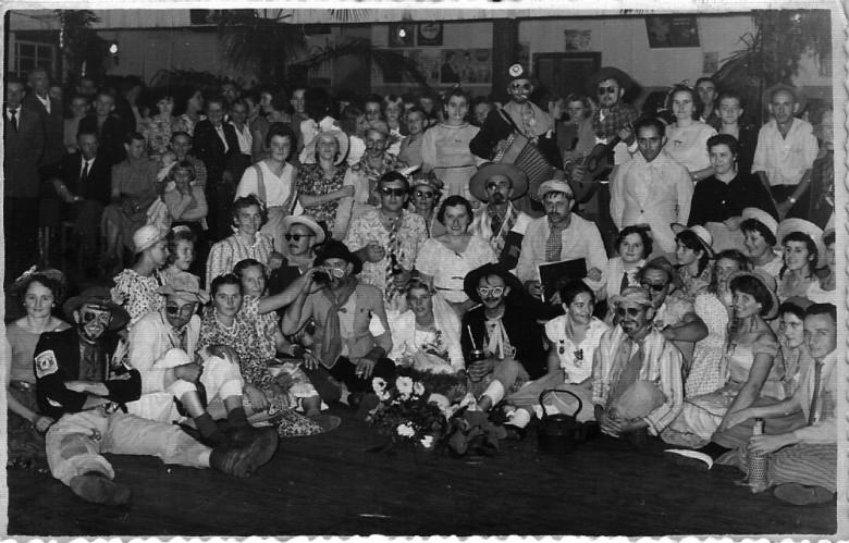 Casal Alfredo e Paulina Nied ao centro, à direita, ele de terno branco e ela de vestido escuro, participando de festa junina nos anos iniciais de Marechal Cândido Rondon.  Imagem: Acervo Sueli Nied Scherer