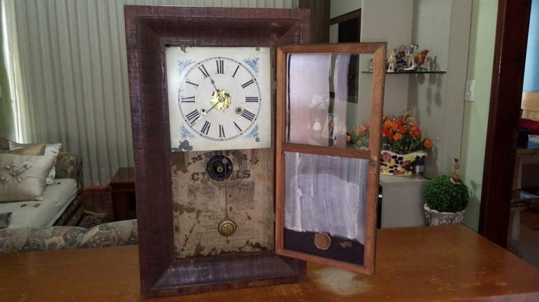 Relógio de parede centenário que pertenceu ao casal pioneiro Alfredo e Paulina Nied.  O relógio da marca New Haven foi fabricado em New Haven, Connecticut, Estados Unidos.  O equipamento hoje está de posse da filha do  pioneiro: Sueli Nied Scherer.  Imagem: Gilson Scherer