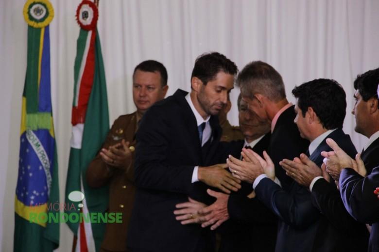 Prefeito eleito Márcio Andrei Rauber  cumprimentando após o discurso de posse.  Imagem: Acervo Memória Rondonense - Crédito: Tioni de Oliveira