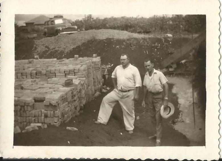 Vistas da abertura das valetas para fundação do prédio do extinto Moinho Fronteira.  Na foto, Schmidtão (de traje claro) com os empregados, entre eles Hartwig Schade.