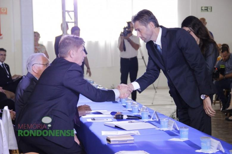 Márcio Andrei Rauber cumprimentando o 1º secretário da Câmara Municipal, vereador Nilson Hachmann.  Iamgem: Acervo Memória Rondonense - Crédito: Tioni de Oliveira