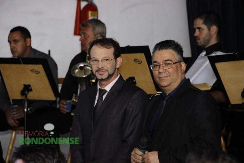 Os mestres de cerimônia, os locutores Adriel Marcelo (d) e César Reck, ambos da Rádio Difusora.  Imagem: Acervo Memória Rondonense - Crédito: Tioni de Oliveira