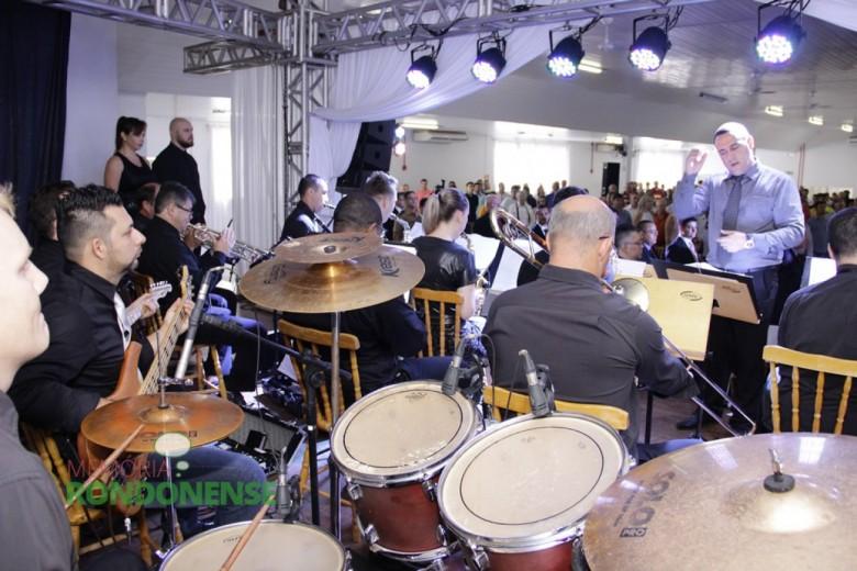 Outro detalhe da Orquestra de Sopros  executando o Hino Nacional.  Imagem: Acervo Memória Rondonense - Crédito: Tioni de Oliveira