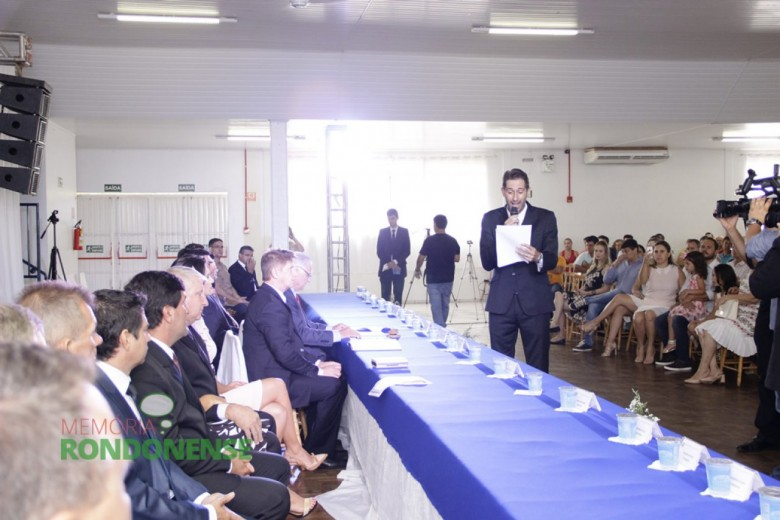 Outro detalhe do juramento do prefeito eleito Márcio Andrei Rauber Imagem: Acervo Memória Rondonense - Crédito: Tioni de Oliveira